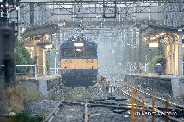 明科駅に停車するクモヤ145-115