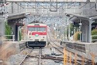 明科駅に停車するミニエコー(クモハ123-1)